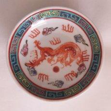 Antigüedades: ANTIGUO PLATO DE PORCELANA DE JAPON. DIÁMETRO 10 CM. SELLO TRASERO. IMAGEN DE DRAGÓN. Lote 249510140