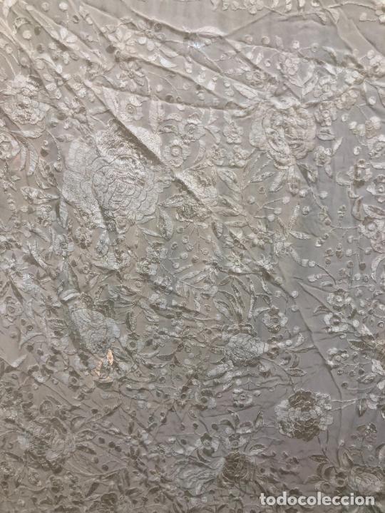 Antigüedades: PRECIOSO MANTON DE MANILA BORDADO EN COLOR MARFIL - MEDIDA SIN FLECO 150 CM - Foto 10 - 249514410