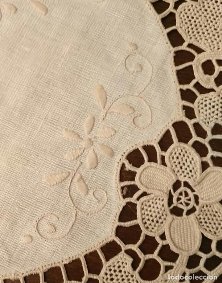 Antigüedades: Tp 48 Conjunto dos antiguos tapetes con delicado trabajo - centro tela hilo bordado - beige - 18cm - Foto 3 - 249544355