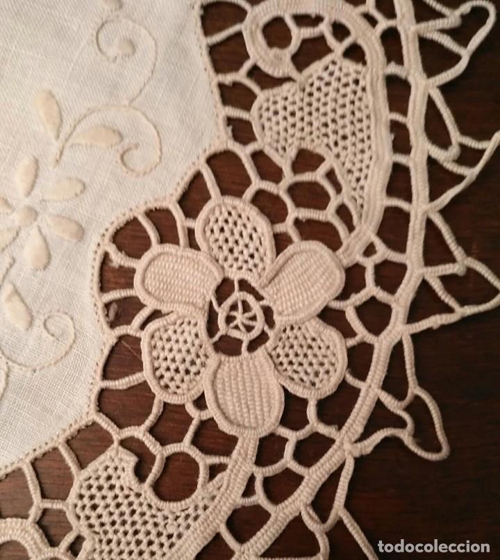 Antigüedades: Tp 48 Conjunto dos antiguos tapetes con delicado trabajo - centro tela hilo bordado - beige - 18cm - Foto 4 - 249544355