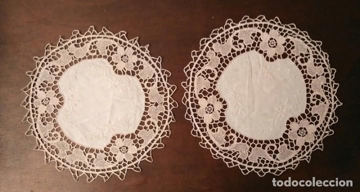Antigüedades: Tp 48 Conjunto dos antiguos tapetes con delicado trabajo - centro tela hilo bordado - beige - 18cm - Foto 5 - 249544355