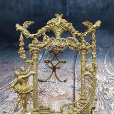 Antigüedades: MARCO PARA ESPEJO O PORTAFOTOS DE BRONCE. Lote 249604620