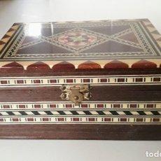 Antigüedades: CAJA RECTANGULAR DE MARQUETERÍA CON BONITAS APLICACIONES EN MADERA Y HUESO. Lote 250171445