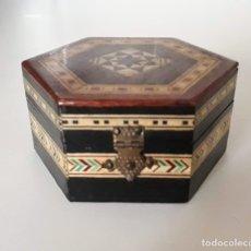 Antigüedades: CAJA HEXAGONAL DE MARQUETERÍA CON APLICACIONES EN MADERA Y HUESO. Lote 250172235