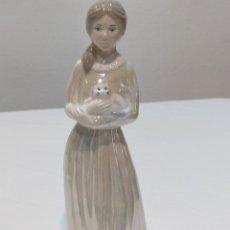 Antigüedades: ANTIGUA FIGURA DE PORCELANA SELLADA.. MUJER CON GATO. Lote 250181995
