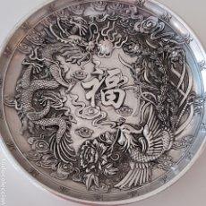 Antigüedades: PRECIOSA PLACA ARTESANAL DE PLATA TIBETANA DRAGON, AVE FENIX Y SIMBOLOGIA ORIENTAL. Lote 250226610