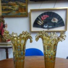 Antigüedades: PAREJA DE JARRONES ISABELINOS HECHOS EN CRISTAL PINTADOS A MANO DEL SIGLO XIX. Lote 250251025