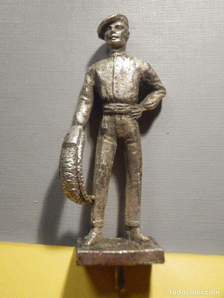 FIGURA METÁLICA - PELOTARI - 6 CM + PEANA Y TORNILLO - 46 GR. - FRONTÓN VASCO (Antigüedades - Hogar y Decoración - Figuras Antiguas)