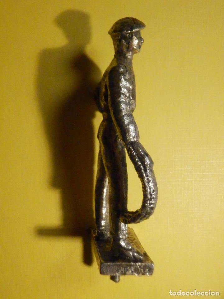 Antigüedades: Figura metálica - Pelotari - 6 cm + peana y tornillo - 46 gr. - Frontón vasco - Foto 5 - 250279715