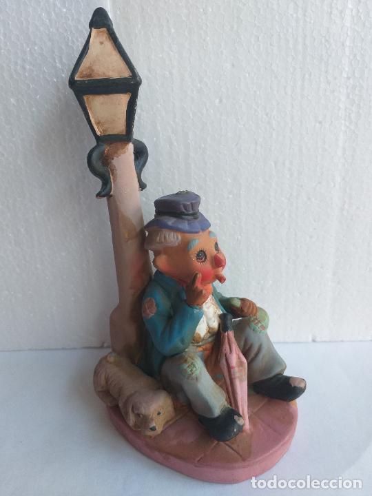 Antigüedades: Figura decorativa. Payaso bebiendo sentado en una farola. Altura 18 cm. - Foto 2 - 250283105