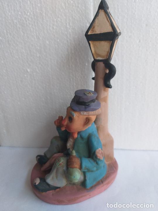 Antigüedades: Figura decorativa. Payaso bebiendo sentado en una farola. Altura 18 cm. - Foto 3 - 250283105