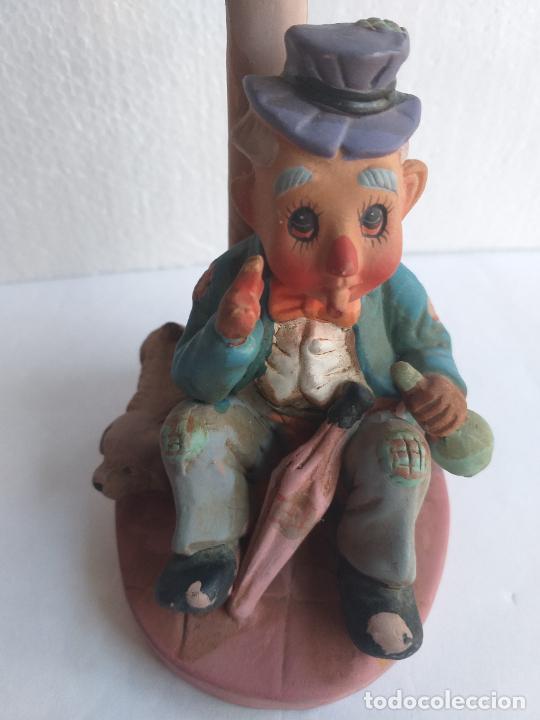 Antigüedades: Figura decorativa. Payaso bebiendo sentado en una farola. Altura 18 cm. - Foto 5 - 250283105