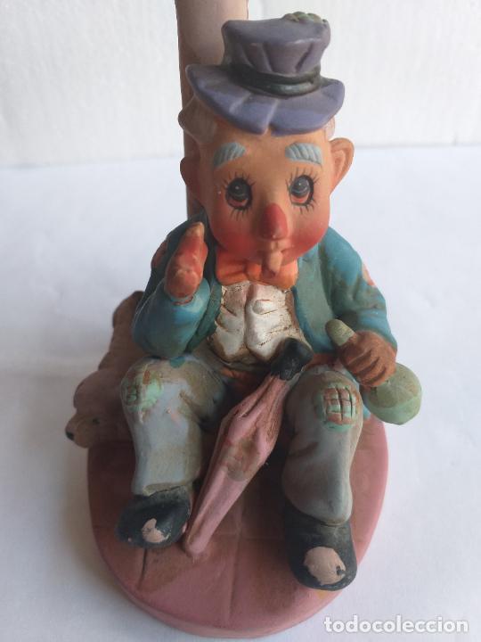 Antigüedades: Figura decorativa. Payaso bebiendo sentado en una farola. Altura 18 cm. - Foto 8 - 250283105