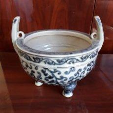 Antigüedades: INCENSARIO BLANCO Y AZUL DE 3 PIES. Lote 250285595