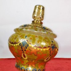 Antigüedades: COPA CON TAPA. MARCAS GORDIOLA MALLORCA. CRISTAL SOPLADO, ESMALTADO Y DORADO. ESPAÑA. CIRCA1950. Lote 250314440