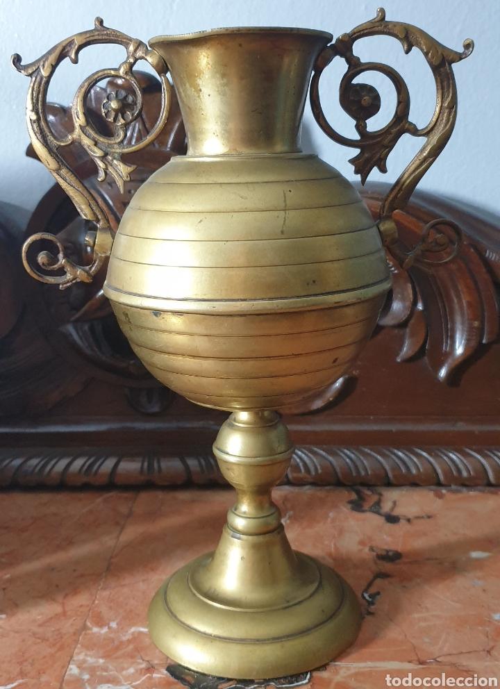 BONITA PAREJA DE FLOREROS DE BRONCE DE PRINCIPIOS SIGLOXX (Antigüedades - Hogar y Decoración - Floreros Antiguos)