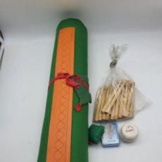 Antiquités: JUEGO COMPLETO DE BOLILLOS, BOBINA, PALOS, HILO, ALFILERES Y PORTA ALFILER ( NUEVO ). Lote 251028015