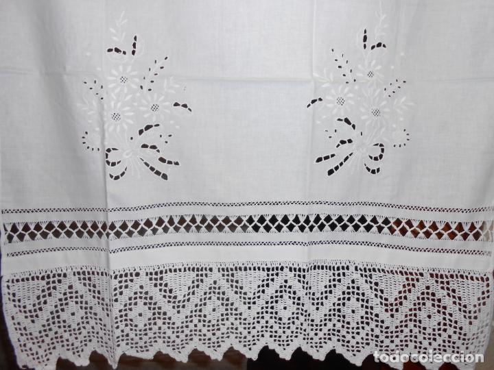 PANEL CORTINA, BORDADO A MANO Y GANCHILLO.ALGODON BLANCO 80 X 160 CM. NUEVO (Antigüedades - Hogar y Decoración - Cortinas Antiguas)