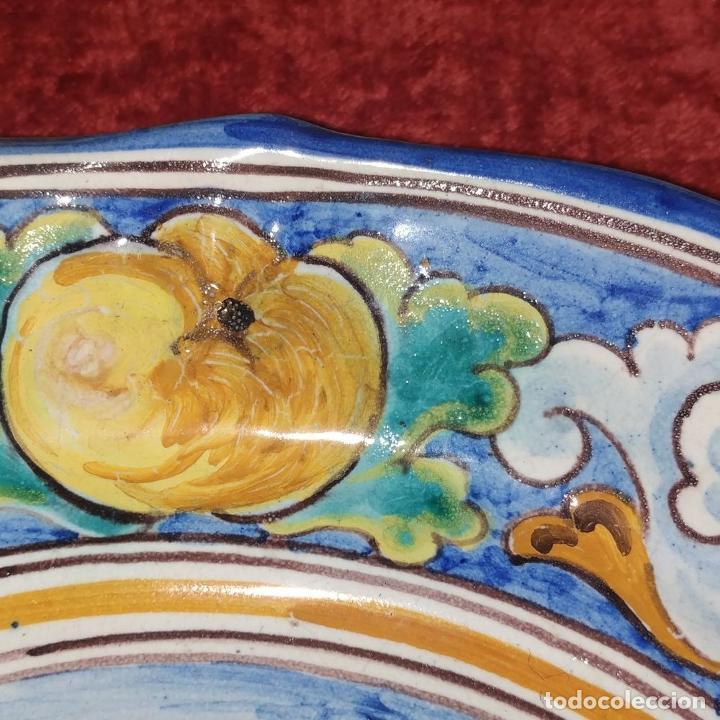 Antigüedades: 3 PLATOS DE TALAVERA. FIRMADOS NIVEIRO. CERÁMICA ESMALTADA. SIGLO XX - Foto 7 - 251137100