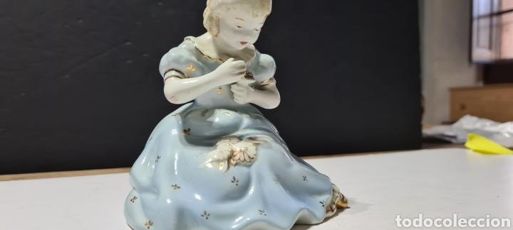 Antigüedades: Encantadora figura de porcelana de la firma Roma de una niña con flores. - Foto 2 - 251170190