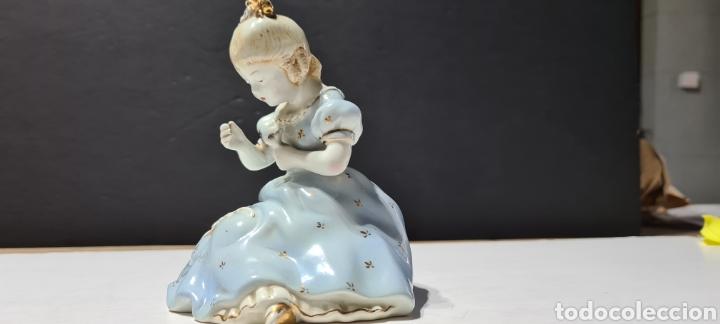 Antigüedades: Encantadora figura de porcelana de la firma Roma de una niña con flores. - Foto 3 - 251170190
