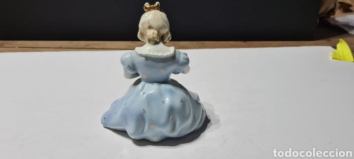 Antigüedades: Encantadora figura de porcelana de la firma Roma de una niña con flores. - Foto 4 - 251170190