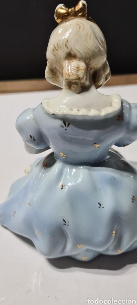 Antigüedades: Encantadora figura de porcelana de la firma Roma de una niña con flores. - Foto 5 - 251170190