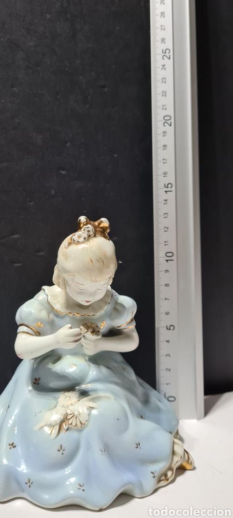 Antigüedades: Encantadora figura de porcelana de la firma Roma de una niña con flores. - Foto 9 - 251170190