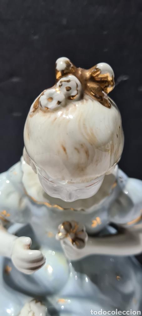 Antigüedades: Encantadora figura de porcelana de la firma Roma de una niña con flores. - Foto 10 - 251170190
