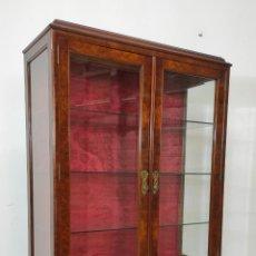 Antigüedades: BONITA VITRINA ESTILO CHIPPENDALE - MADERA DE RAÍZ - ESTANTES DE CRISTAL - AÑOS 20. Lote 251200945