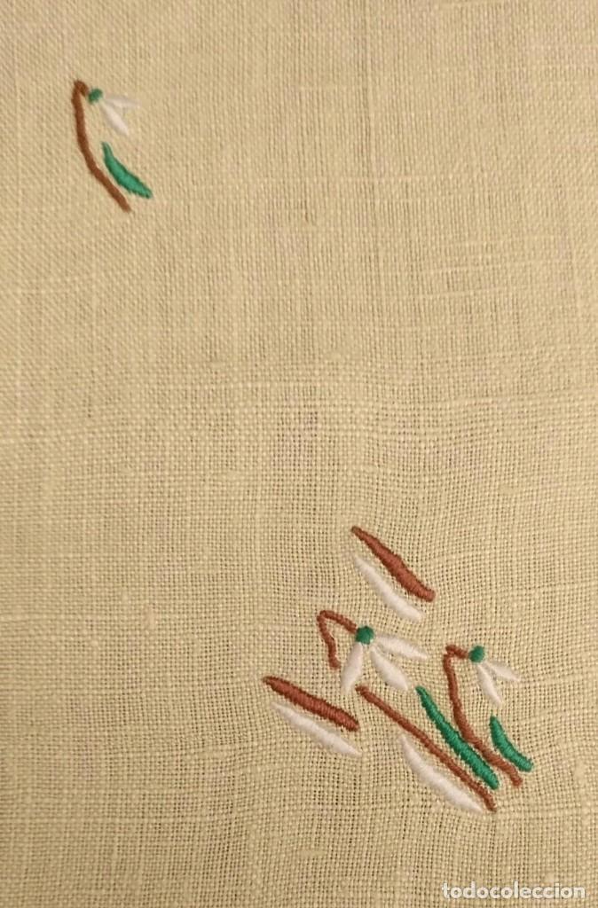 Antigüedades: Tp 49 Tapete rectangular / mantel individual beige bordado y rodeado puntilla blanca - 54cm x 30cm - Foto 2 - 251224435