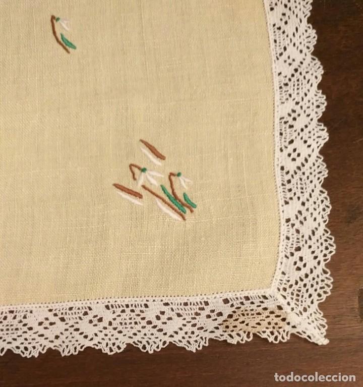 Antigüedades: Tp 49 Tapete rectangular / mantel individual beige bordado y rodeado puntilla blanca - 54cm x 30cm - Foto 4 - 251224435