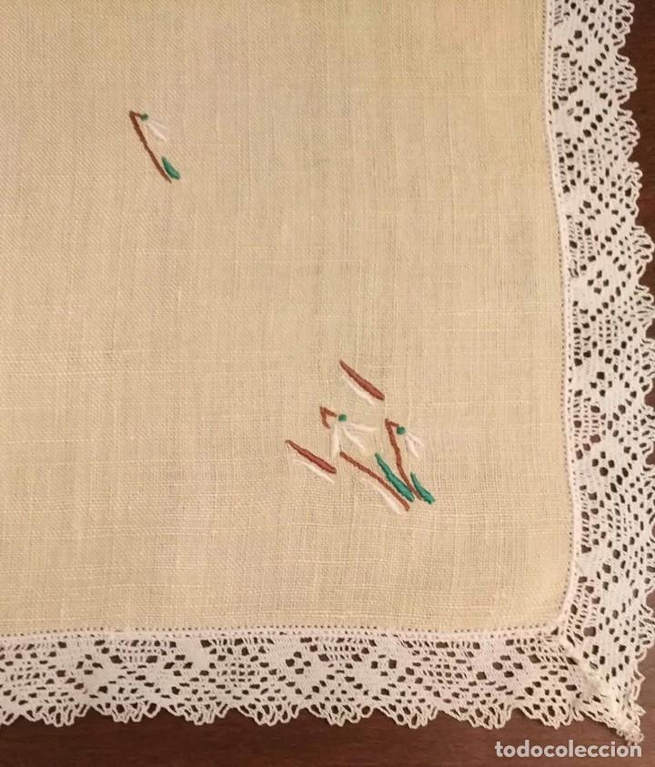 Antigüedades: Tp 50 Tapete rectangular / mantel individual beige bordado y rodeado puntilla blanca - 54cm x 30cm - Foto 2 - 251227005