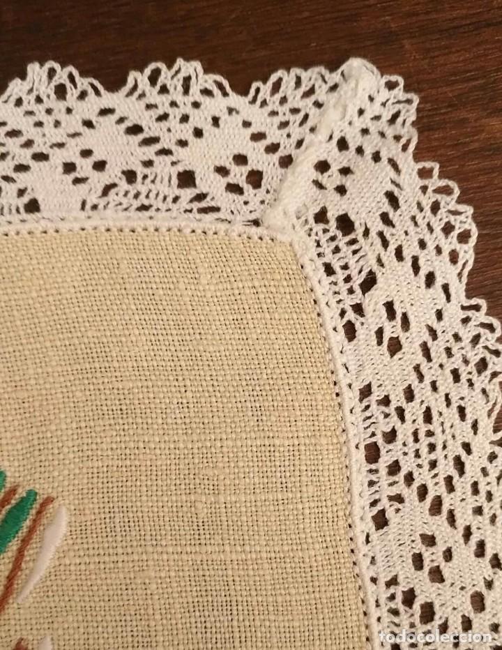 Antigüedades: Tp 50 Tapete rectangular / mantel individual beige bordado y rodeado puntilla blanca - 54cm x 30cm - Foto 3 - 251227005