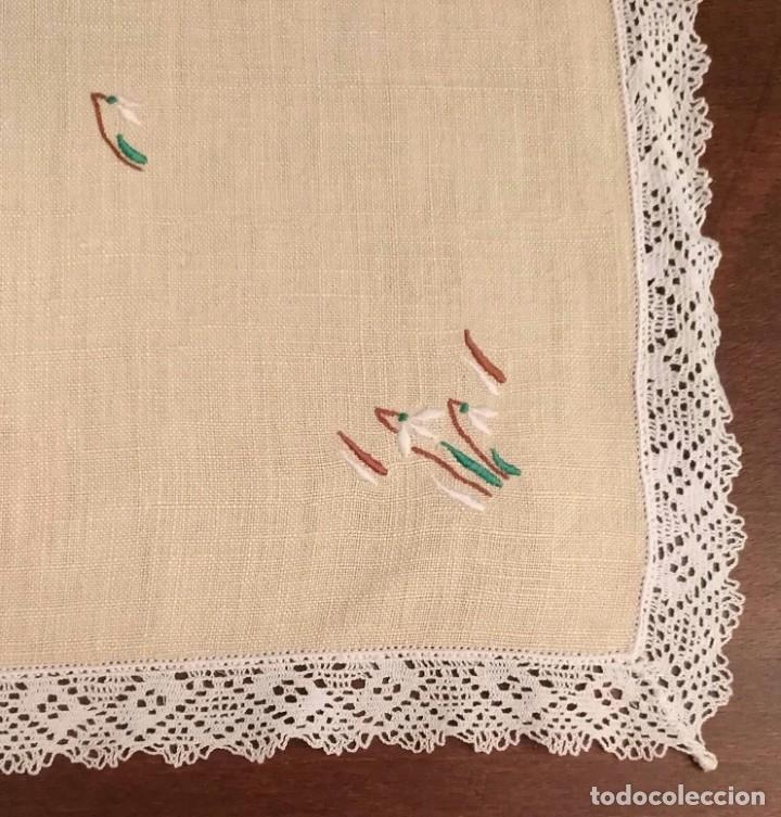 Antigüedades: Tp 51 Tapete rectangular / mantel individual beige bordado y engalanado puntilla blanca 54cm x 30cm - Foto 4 - 251227690