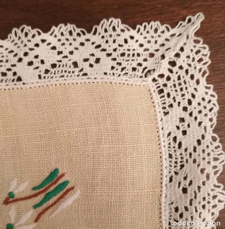 Antigüedades: Tp 51 Tapete rectangular / mantel individual beige bordado y engalanado puntilla blanca 54cm x 30cm - Foto 5 - 251227690