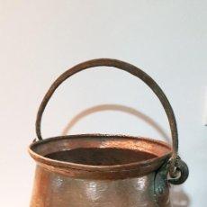 Antigüedades: CALDERO ANTIGUO DE COBRE CON ASA FORJADA EN HIERRO. Lote 251275655