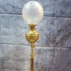 Antigüedades: QUINQUE EN LAMPARA DE PIE DE BRONCE Y CALAMINA AL ORO FINO. Lote 251287595