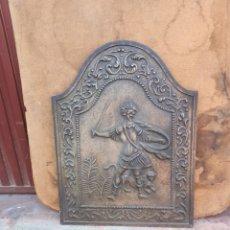 Antigüedades: FRENTE DE CHIMENEA DE HIERRO FUNDIDO CON FIGURA DE GUERRERO EN RELIEVE.. Lote 251296340