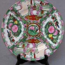 Antigüedades: PLATO DE PORCELANA DE CANTÓN DECORACIÓN VEGETAL Y ESCENAS COTIDIANAS CHINA SIGLO XX. Lote 251334020