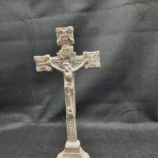 Antigüedades: CURIOSA CRUZ DE ALTAR DE PLOMO FUNDIDO. Lote 251344990