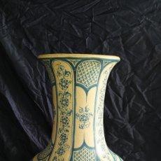 Antigüedades: PRECIOSO JARRÓN DE BENLLOCH MANISES.. Lote 251481015