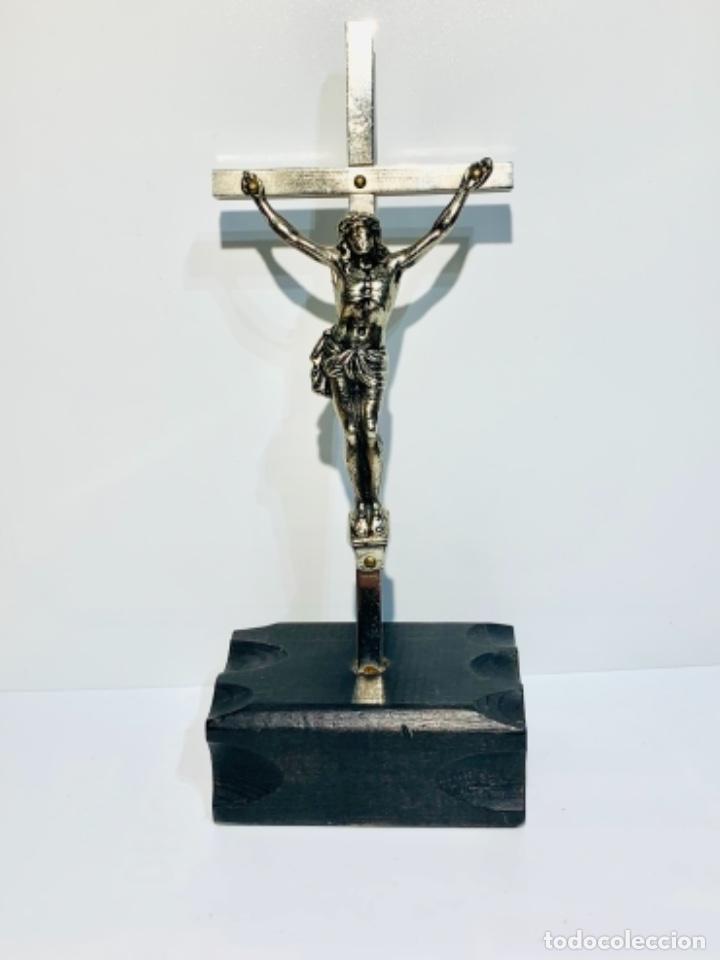 CRUCIFIJO INCLINADO METAL PLATEADO SOBRE PEANA MADERA EBONIZADA. 21 CM. 1ERA MITAD/MED. SXX (Antigüedades - Religiosas - Crucifijos Antiguos)