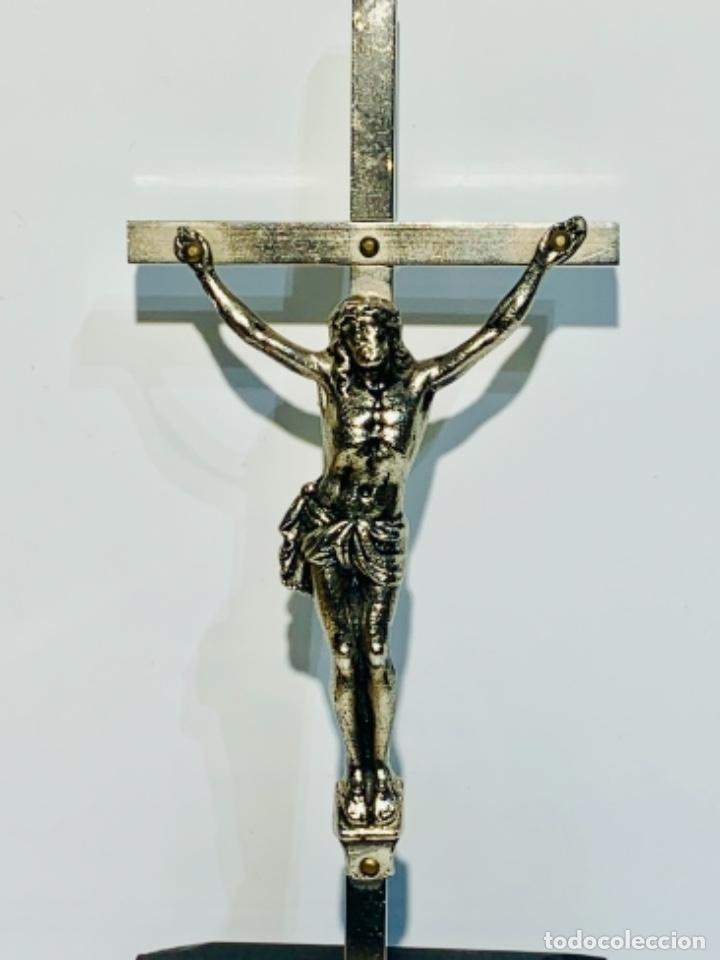 Antigüedades: Crucifijo inclinado metal plateado sobre peana madera ebonizada. 21 cm. 1era mitad/med. SXX - Foto 2 - 251505435