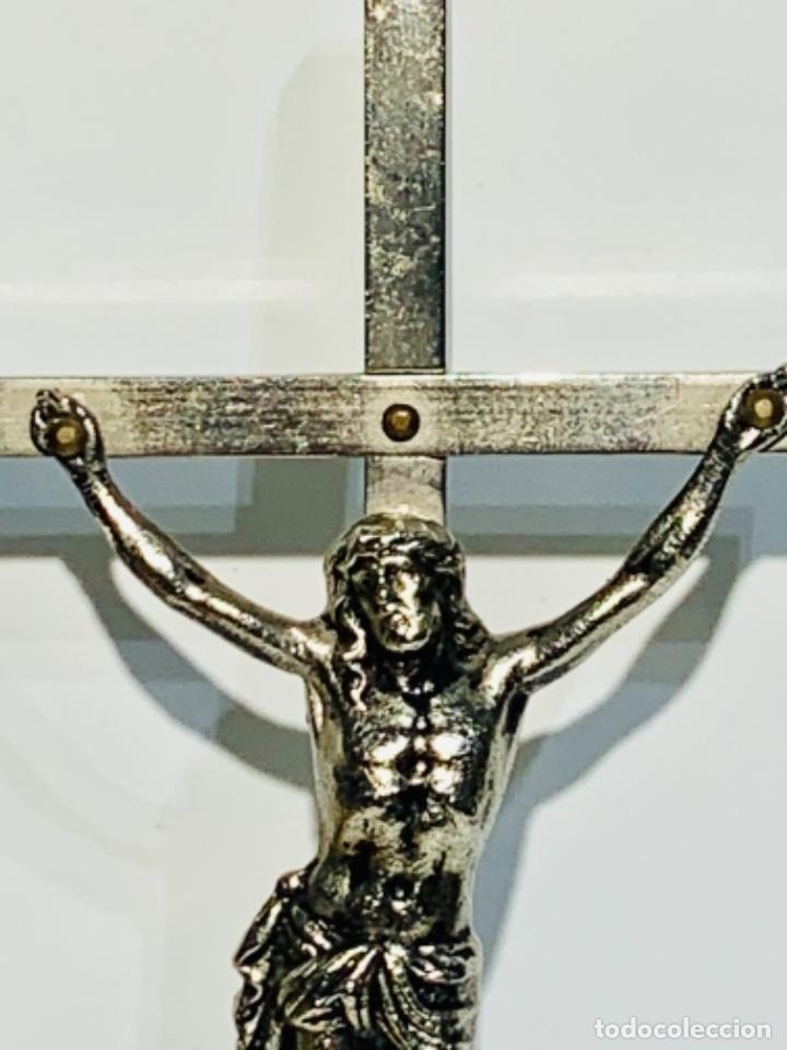 Antigüedades: Crucifijo inclinado metal plateado sobre peana madera ebonizada. 21 cm. 1era mitad/med. SXX - Foto 5 - 251505435