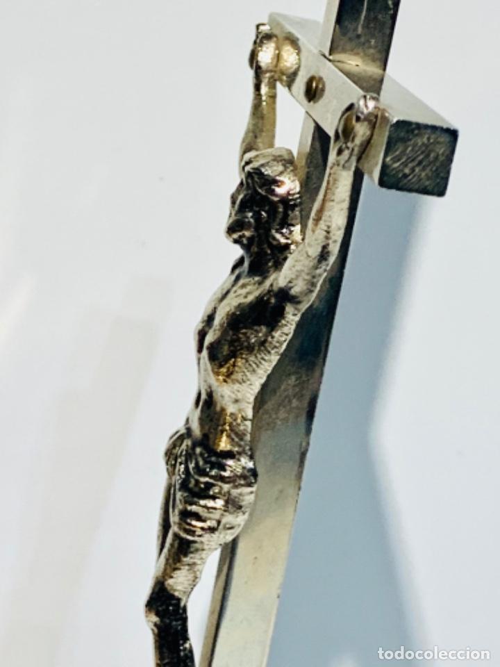 Antigüedades: Crucifijo inclinado metal plateado sobre peana madera ebonizada. 21 cm. 1era mitad/med. SXX - Foto 7 - 251505435