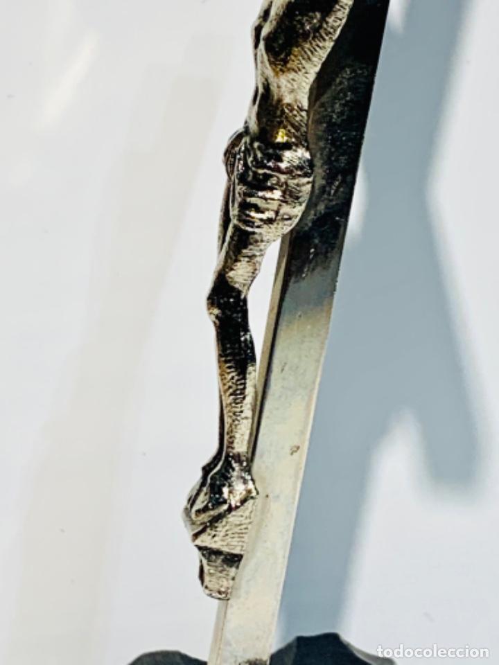Antigüedades: Crucifijo inclinado metal plateado sobre peana madera ebonizada. 21 cm. 1era mitad/med. SXX - Foto 8 - 251505435