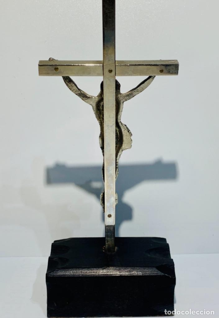 Antigüedades: Crucifijo inclinado metal plateado sobre peana madera ebonizada. 21 cm. 1era mitad/med. SXX - Foto 9 - 251505435
