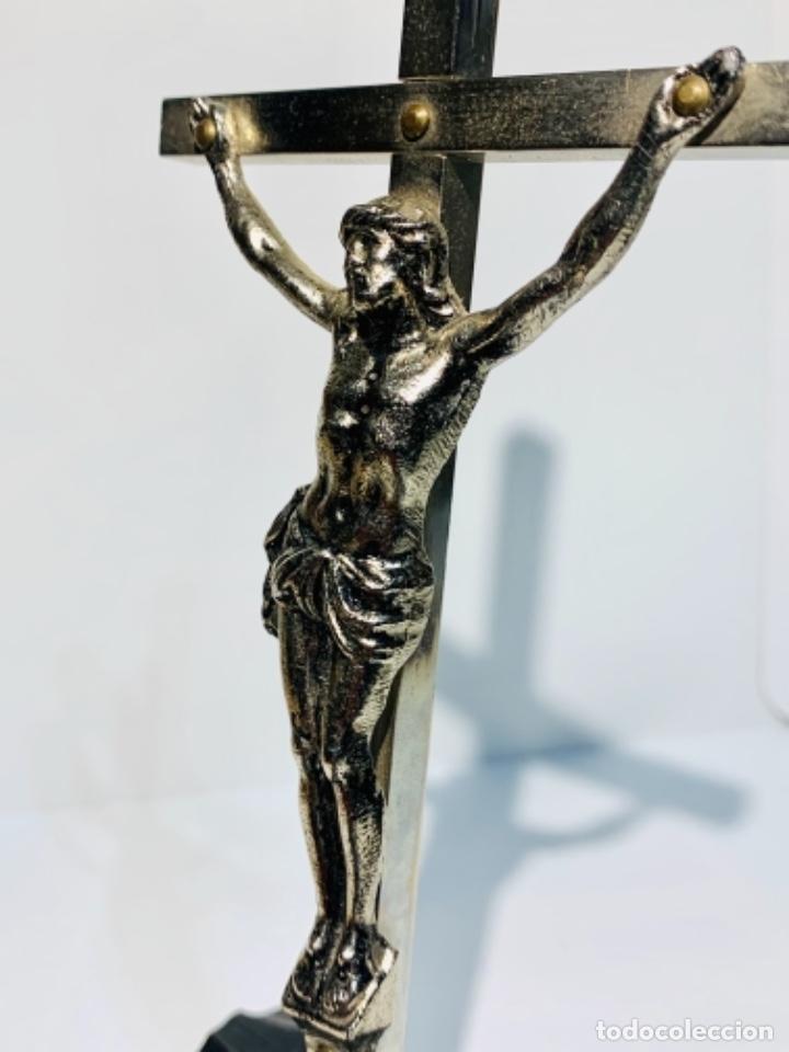 Antigüedades: Crucifijo inclinado metal plateado sobre peana madera ebonizada. 21 cm. 1era mitad/med. SXX - Foto 12 - 251505435