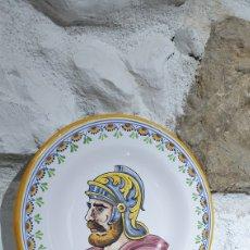 Antigüedades: PLATO DECORATIVO PINTADO A MANO DE CERÁMICA DE TALAVERA DE LA REINA. Lote 251556085